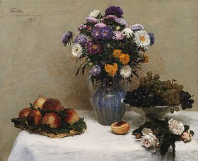 Henri de Fantin-Latour: Weiße Rosen und Chrysanthemen in einer Vase, Pfirsiche und Weintrauben auf einem Tisch mit weißer Decke