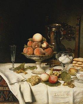 Jules Larcher: Pfirsiche in einer Obstschale, Trauben, Äpfel, Haselnüsse und Gebäck auf einem gedeckten Tisch