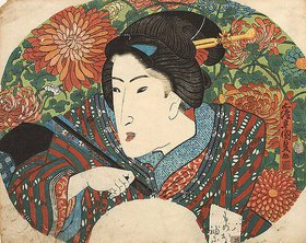 Utagawa Kunisada: Porträt einer Dame mit geschlossenem Fächer vor Chrysanthemen