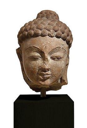 Indisch: Kopf einer Jina oder eines Buddhas. Indien, Gupta-Dynasite, 6. Jahrhundert