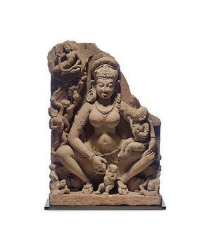 Indisch: Eine Muttergottheit, auf einem Thron sitzend, gekleidet mit einem langen Dhoti, mit ihren Kindern und einem fliegenden Apsara. Aus Indien, Madhya Pradesh oder Rajasthan. Gupta-Dynastie, 6./7. Jahrhundert