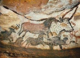 Unbekannter Künstler: Höhle von Lascaux. Großer Saal, linke Wand: Erster Stier, rotes Pferd und braune Pferde. Ca. 17.000 v. Chr