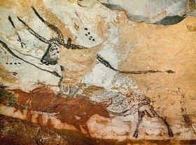 Unbekannter Künstler: Höhle von Lascaux. Vierter Stier. Unten: Rote Kuh mit Kalb. Großer Saal, rechte Wand. Ca. 17.000 v. Chr