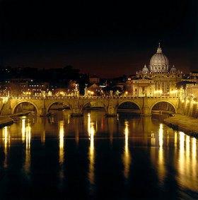 Römisch: Nachtansicht der Engelsbrücke und des Petersdoms in Rom. 134 n. Chr. (Engelsbrücke)