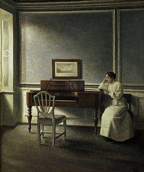 Vilhelm Hammershoi: Frau, neben einem Klavier in einem Buch lesend