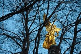 Günter Kozeny: München, Friedensengel hinter kahlen Bäumen