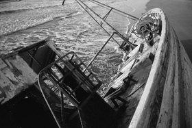 Günter Kozeny: Marokko, gestrandetes Fischerboot an der Atlantikküste