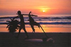 Günter Kozeny: Indonesien; Strandgutsammler auf Bali