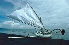 Günter Kozeny: Indonesien; Bali; Auslegerboot am Strand von Kusamba