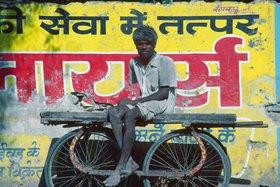 Günter Kozeny: Indien; Porterman vor Schriftreklame