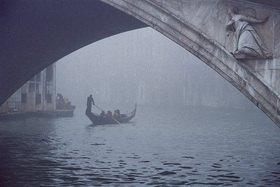 Günter Kozeny: Venedig; Gondel unter der Rialtobrücke