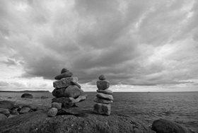 Günter Kozeny: Steinskulpturen am Strand