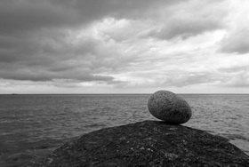 Günter Kozeny: Stein in Balance