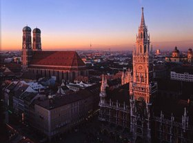 Blick auf den Marienplatz mit Rathaus und Frauenkirche in München, Oberbayern, Bayern, Deutschland
