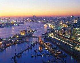 Hafen mit Überseebrücke bei Nacht, Hamburg, Deutschland