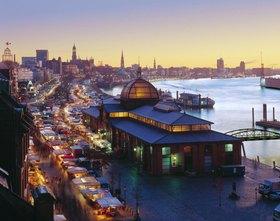 Blick auf den Fischmarkt in der Morgendämmerung, Hamburg, Deutschland