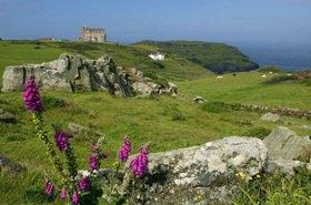 Blick auf das Camelot Castle Hotel bei den Ruinen der Festung Tintagel, Cornwall, Südengland, Grossbritannien