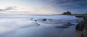 Küste mit Bamburgh Castle, Northumberland, England, Grossbritannien