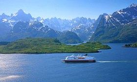 Postschiff MS Nordkapp der Hurtigruten im Raftsund zwischen Lofoten und Vesteralen mit Blick in den Trollfjord, Norwegen