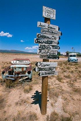 Wegweiser bei Truxton, Arizona, USA