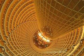 Blick von oben auf die Hotel-Lobby im Jinmao Tower in Shanghai, China