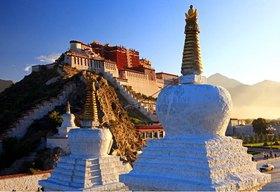 Potala Palast, Winterresidenz des Dalai Lamas bei Sonnenaufgang mit Stupas auf dem Vorplatz, Lhasa, Tibet, China