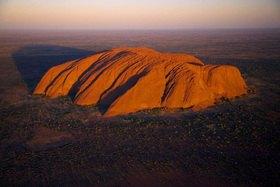 Luftaufnahme mit Blick zum Uluru, Uluru-Kata-Tjuta National Park, Northern Territory, Australien