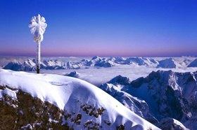 Gipfelkreuz der Zugspitze gegen Bayerische- und Österreichische Alpen, Oberbayern, Bayern, Deutschland