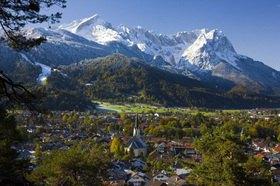 Garmisch-Partenkirchen mit Partenkirchner Pfarrkirche gegen Zugspitzgruppe