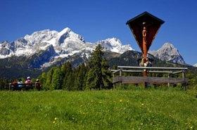 Flurkreuz auf dem Eckbauer mit Blick zur Alpspitze und Zugspitze
