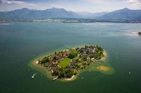 Blick auf die Fraueninsel im Chiemsee, Oberbayern, Bayern