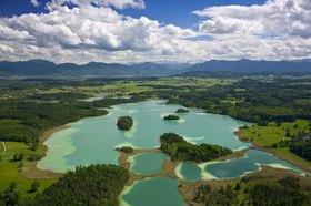 Naturschutzgebiet Osterseen mit Iffeldorf und der Alpenkette, Oberbayern, Deutschland