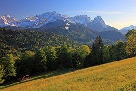 Pfeifferalm mit Blick zur Zugspitzgruppe mit Alpspitze, Zugspitze und Waxenstein