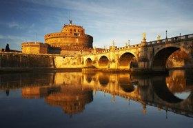 Blick auf die Engelsburg mit Engelsbrücke in Rom, Latium, Italien