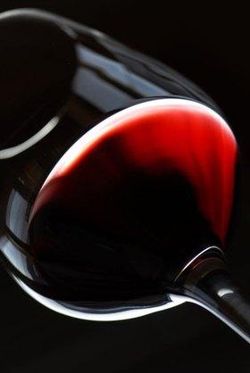 Rotweinglas in einem Weinkeller in Terlan, Trentino-Südtirol, Italien