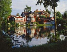 Typische Häuser am Motala Ström, Schweden