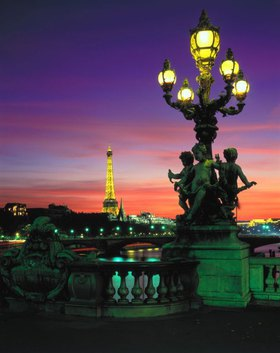 Blick von der Alexander III. Brücke auf den Eiffelturm, Paris, Ile de France, Frankreich