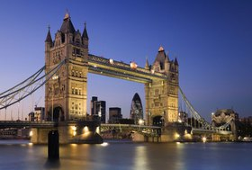 City Skyline in background, Tower Bridge, London, England, Vereinigtes Königreich