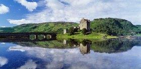 Eilean Donan Castle, near Dornie village, and Loch Duich bay, Highlands, Schottland, England, Vereinigtes K?nigreich