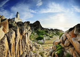 Gallura's typical rock formations and the Capo Testa Lighthouse, Santa Teresa di Gallura, Provinz Olbia-Tempio, Sardinien, Italien