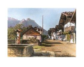 Bayern um 1900 in Farbe: Dorfstraße in Mittenwald. Bayern. Handkoloriertes Glasdiapositiv
