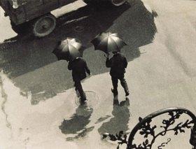Zwei Männer mit Regenschirm. Photographie