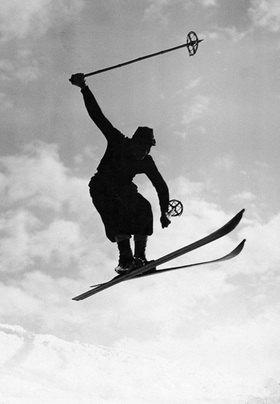 Skifahrer in luftiger Höhe. Photographie