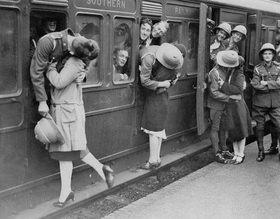 Soldaten in Felthan Station verabschieden sich kurz vor der Abreise nach Ägypten von ihren Mädchen