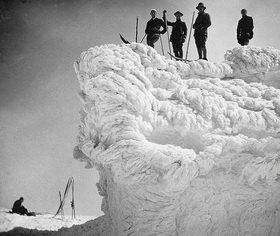 Die Skirast auf einer skurrilen Schneewechte hat man sich nach einem mehrstündigen Aufstieg verdient. Photographie