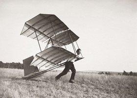 Fliegen. Das Volks-Segelflugzeug des deutschen Segelflugkonstrukteurs Hans Richter mit einer Spannweite von 5 m, 40 qm Fläche und 14 kg Gewicht. Hans Richter beim Start durch blossen Anlauf gegen den Wind. Photographie