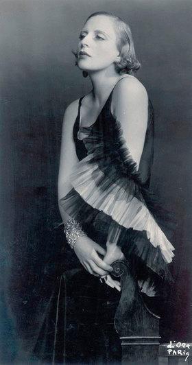 Madame d' Ora: Tamara de Lempicka in einem Kleid von Marcel Rochas