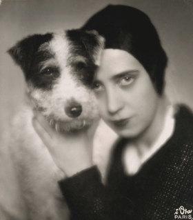 Madame d' Ora: Elsa Schiaparelli mit ihrem Hund.  Wien