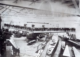 Belastungsprobe mit 97 Mann für die Tragflächen eines Ozeanflugbootes. Photographie