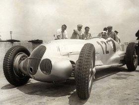 Der deutsche Rennfahrer Rudolf Caracciola in einem Mercedes. Roosevelt Raceway. USA. Photogaphie